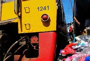 방콕, 기차가 달리는 메끌렁 철도 시장