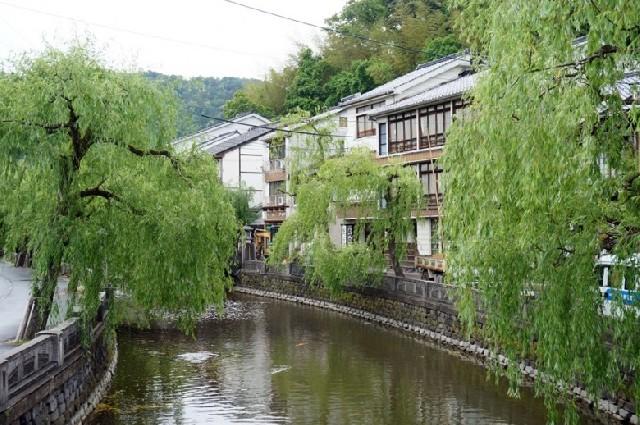 유카타를 입고 거니는 기노사키 온천마을