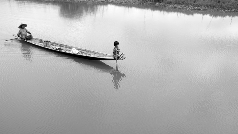 구름 사이로 노를 저으며,  미얀마 인레