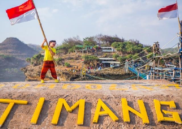 족자카르타 여행 띠망비치, 역동적인 바다와 수동목재 곤돌라가 있는 곳