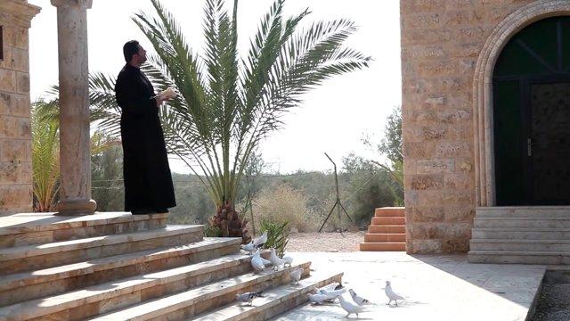 교회, 새에게 모이주는 성직자