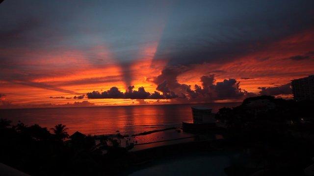 괌 해변의 저녁노을